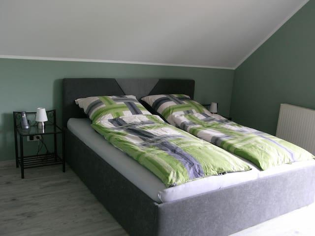 Schlafzimmer mit erhöhtem, bequemen Polsterbett, elektrisch verstellbaren Lattenrosten