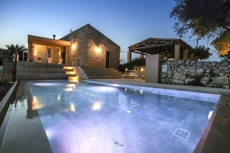 MASSERIA GIRLANDA: piscina con spa - Frigintini