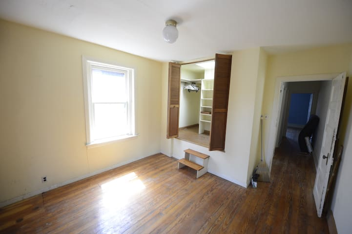 Big gorgeous space in transition, ideal location. - Philadelphia - House