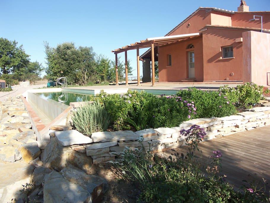 Casa , piscina e pergolato