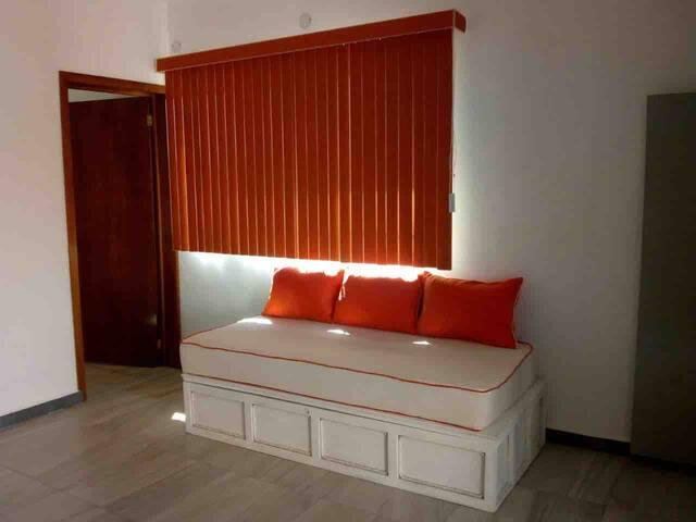 Recamara 3, Cama queen size, baño completo, aire acondicionado, ventilador de techo y sofá cama.