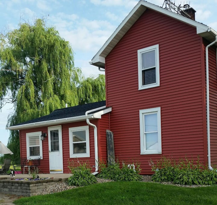 Private room in cozy farm house minutes from EAA.