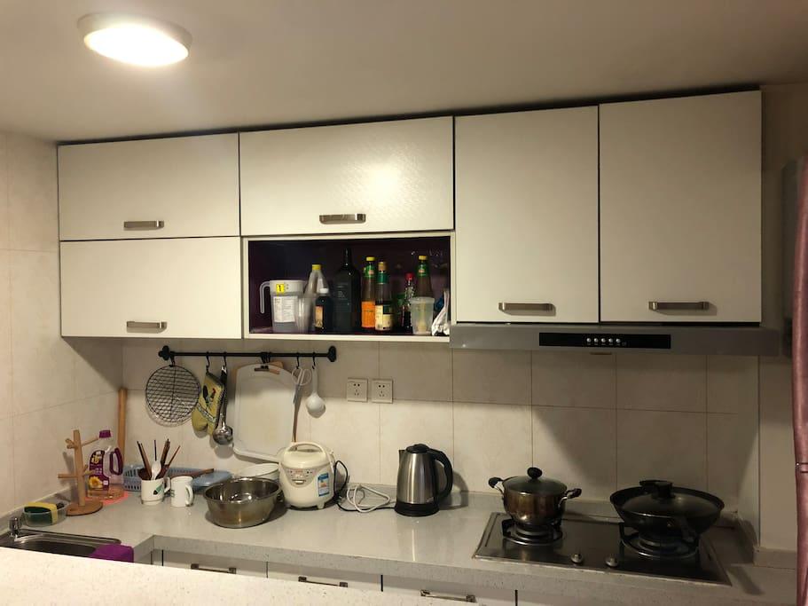 完备的厨具、炊具。做饭方便