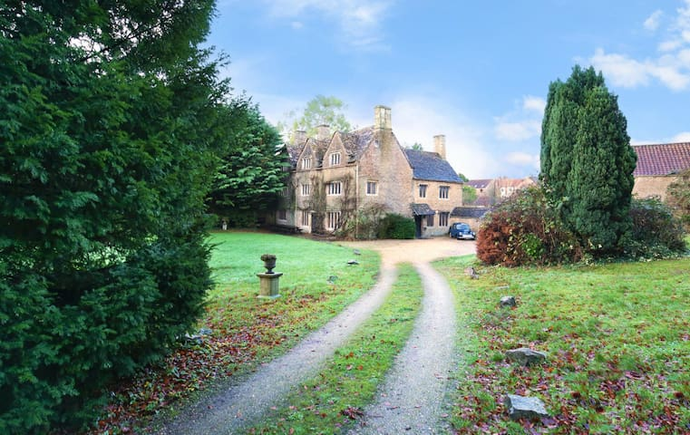 Spectacular Elizabethan Manor - Very Spacious