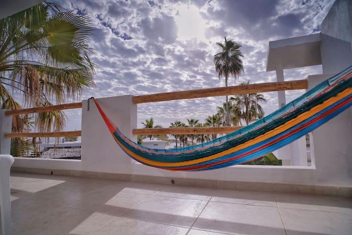 """Beachfront Apartment """"Marlin"""" (Ocean View)"""