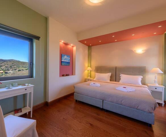 LEVEL 1, STE - ensuite bedroom up 2 guests ( 2 single beds)