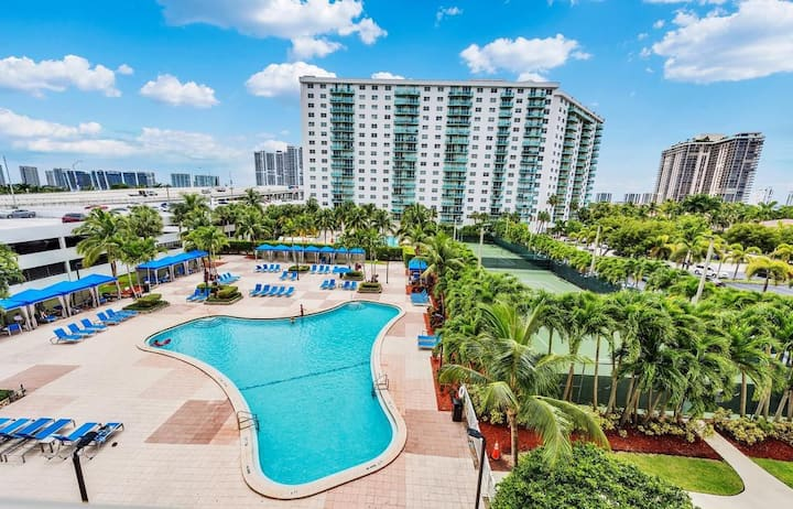 Luxury Sunny Isles Suite - Free Parking + Pool!