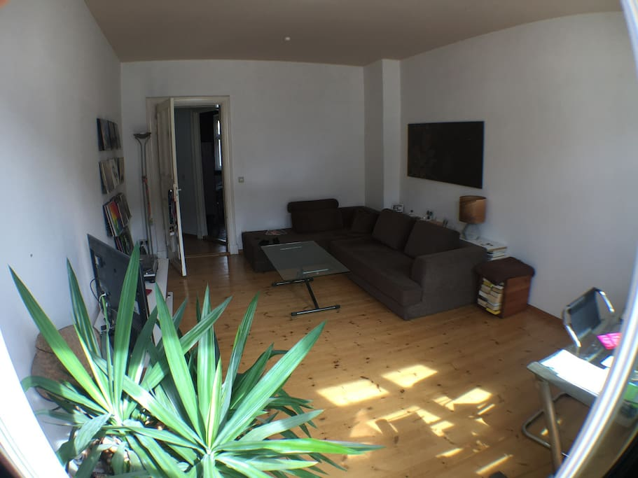 Wohnzimmer mit Balkon und Schlafcouch  /  Living room with balcony and sofa bed