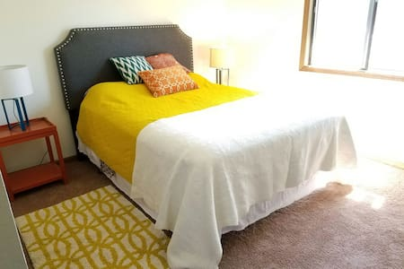Bright and Comfy Room in a 2 BR Apt - Lincoln - Departamento