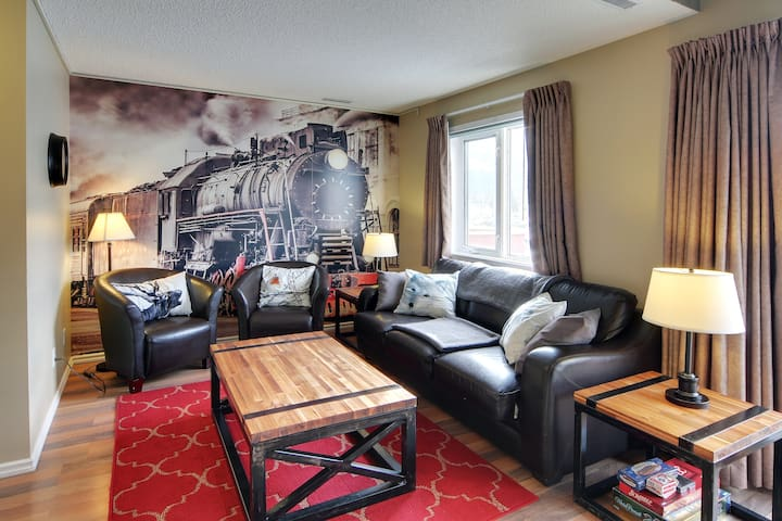 Three Sisters View Townhouse - Downtown Canmore