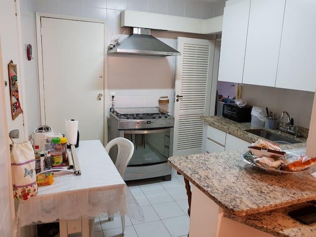 Cozinha equipada; eletrodomésticos novos. Geladeira e microondas na área de serviço.
