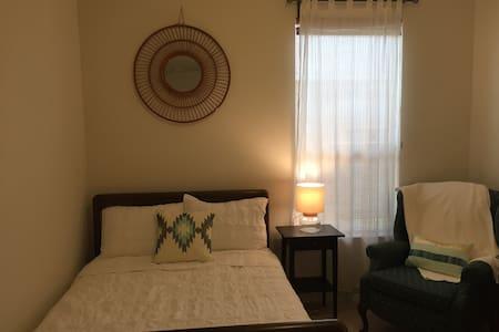 Comfortable, clean room near hospital - Temple