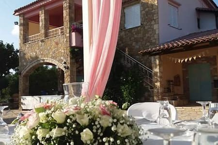 Historic Stone House with big garden for Parties! - Kato Varvasena - House