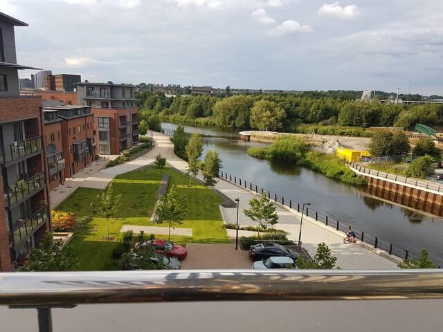 City flat double room ensuite river views Leeds