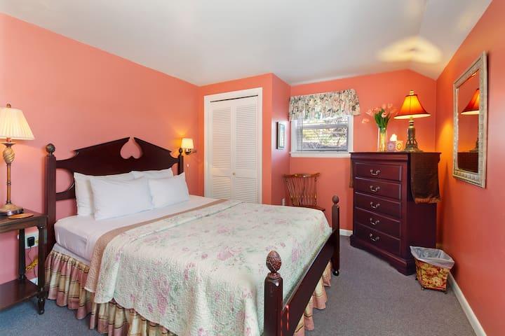 Cottage East Queen bedroom.