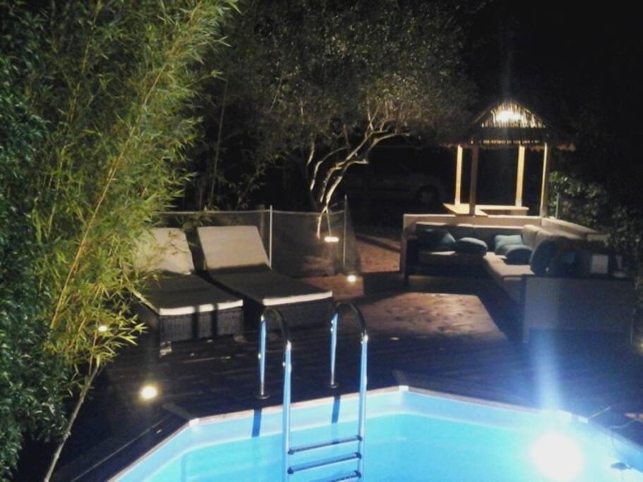 La piscine de nuit.