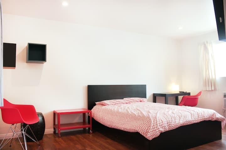 STUDIO 22 ~ Private bedroom &bathroom FREE PARKING