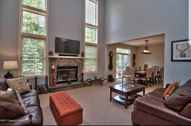 Beautiful 3 Bed Home w/ Hot tub & Fireplace