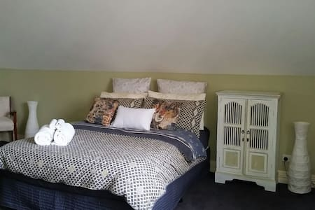 Large room w Ensuite-Close to city! - House