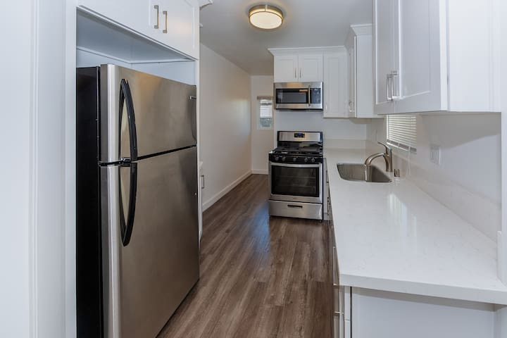 Entire Renovated and Clean Apartment Close to DTLA