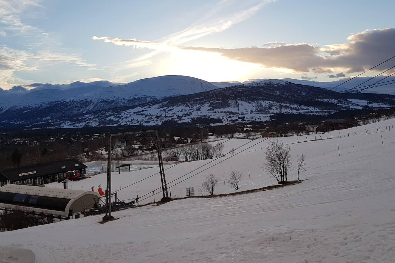Utsikt fra leiligheten hvor skiheisen er i umiddelbar nærhet. I tillegg til skiheis, er utsikten helt fantastisk. Det å sitte på verandaen med en kopp kaffe på morgenen og se utover dalen er en utrolig opplevelse.