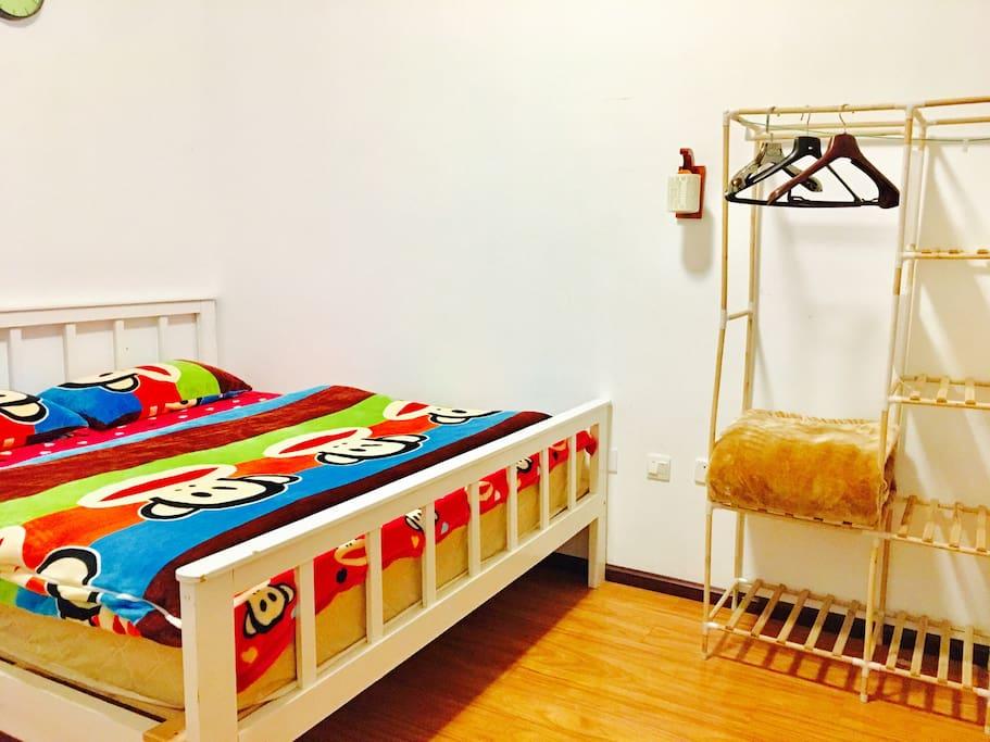 床有两米宽。