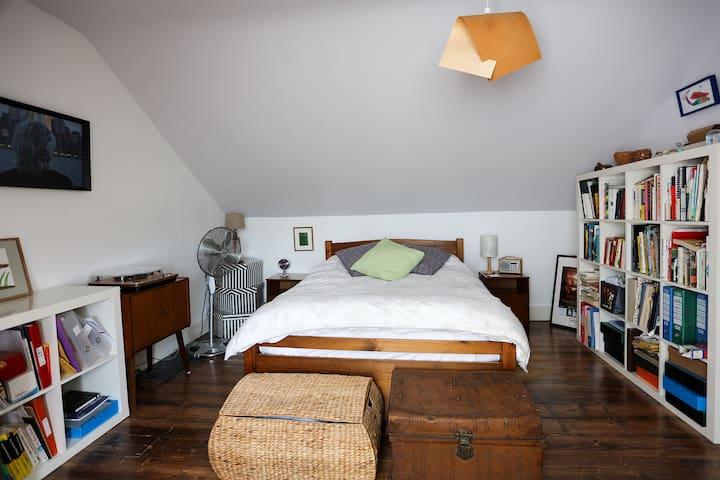 Seaside hideaway! Quiet, private, top floor room.