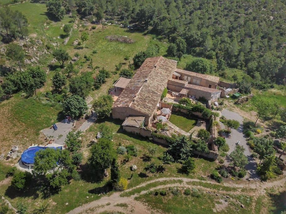 Vista aérea de Cal Petronilla y Cal Baldiri, masias adosadas. Maite vive en Can Baldiri, es una propietaria que deja plena libertad a sus huéspedes, pero las fiestas nocturnas no están permitidas!