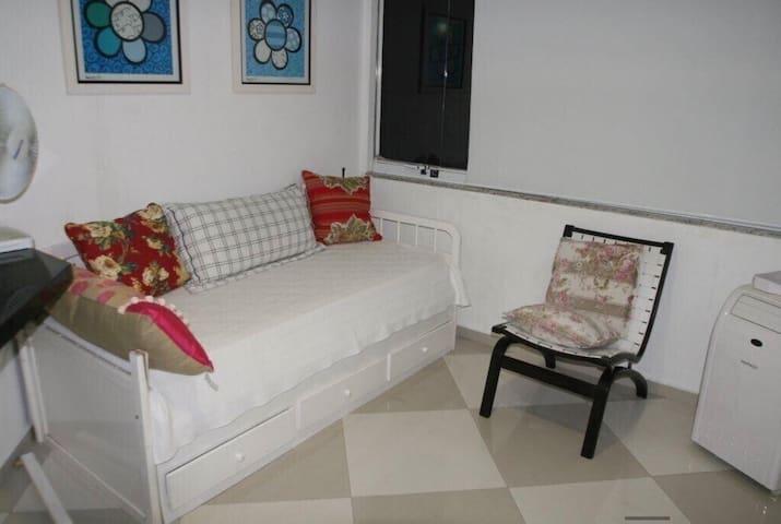 Bicama do quarto envidraçado com ar condicionado e em frente ao SPA.