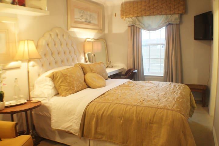 Small Queen bedroom w/ bath @ BNB- Winstar 15 min