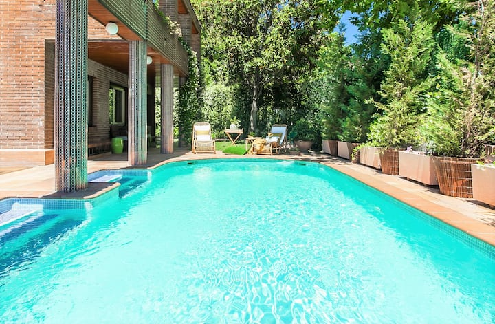 VELAZQUEZ MANOR HOUSE:  jardín, piscina y centro