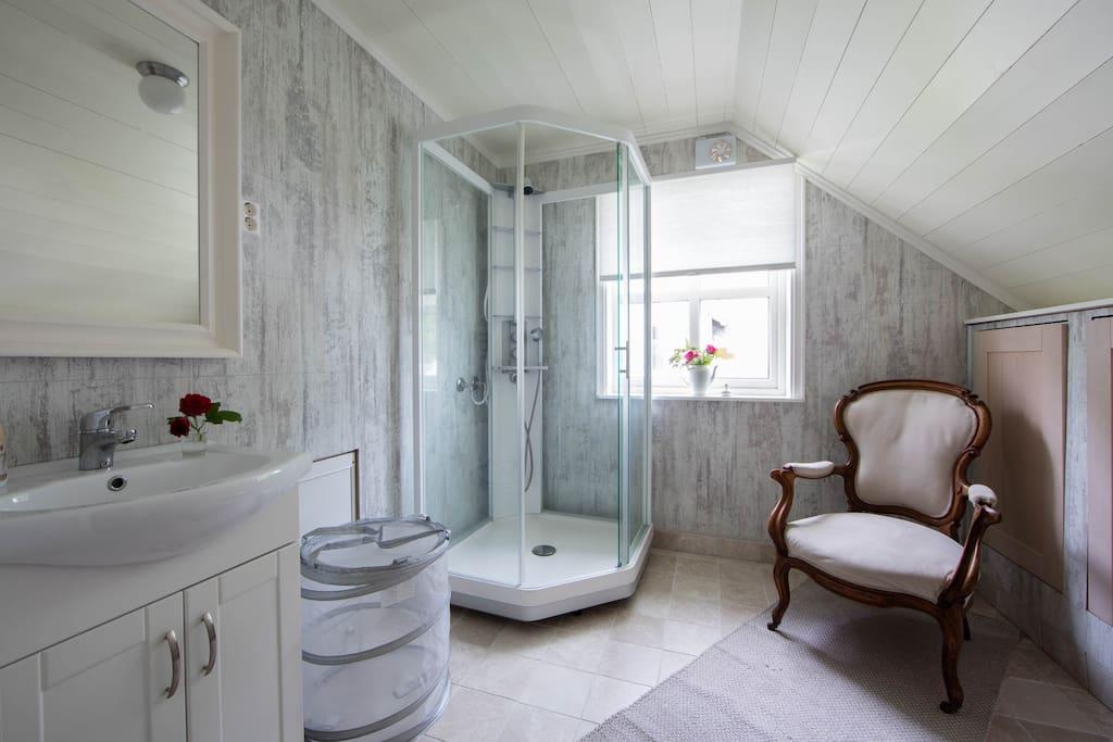Shared bathroom 2. floor with shower.