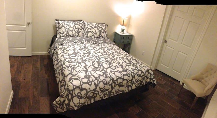 Cozy single bedroom #1