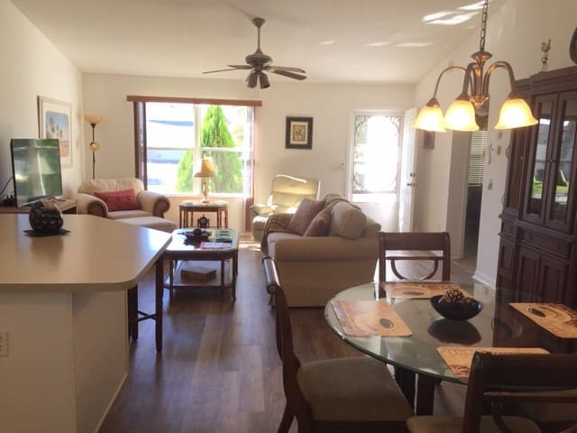 2BR home just a 3-iron to Lake Sumter Landing Sq