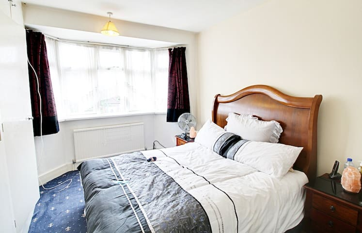 spacious room 10 mins from LHR - Hayes