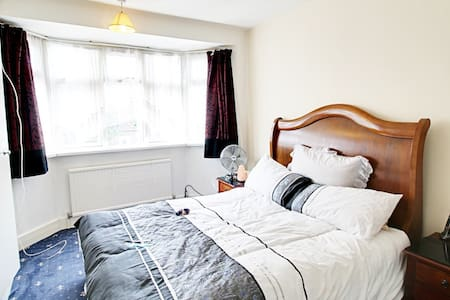 spacious room 10 mins from LHR - Hayes - Hus