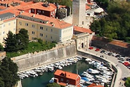 ROOM WITH AIR CON,WI FI,TV 2 SINGLE BEDS &TERACE - Zadar