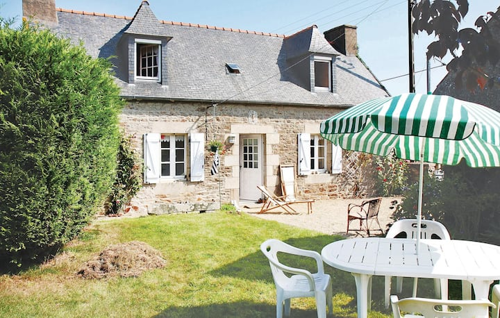 Holiday cottage with 2 bedrooms on 90m² in Pleumeur Gautier