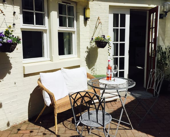 Private Guesthouse, sunny courtyard, sleeps 4