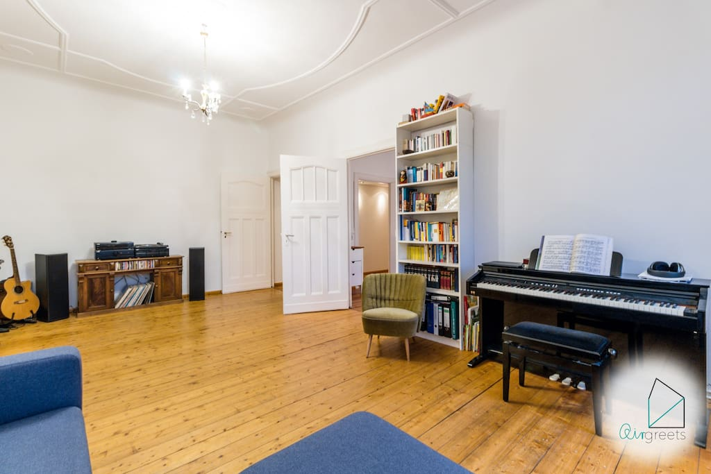With the record player in the living room, you can listen to good music while relaxing on the sofa.