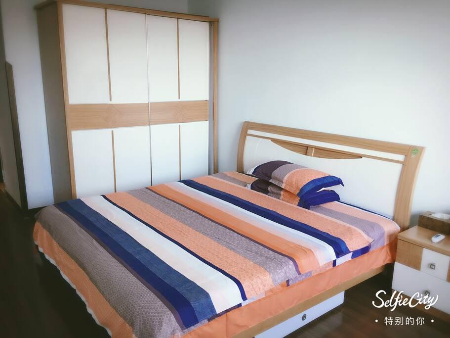主卧室:房间可直接看到杜浦江阁和烟火秀,同时有全新设备独立的卫浴