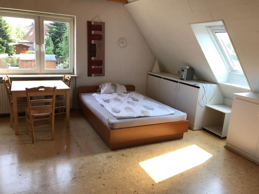 Erstes Doppelbett und Tisch.
