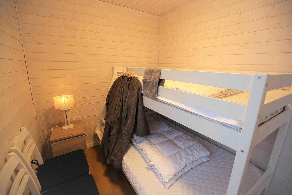 Uthyrningsrum 1: Helt nya sängar och madrasser, den nedre 120 cm bred, den övre 90 cm bred. Badrock och matchande handdukar hör till.