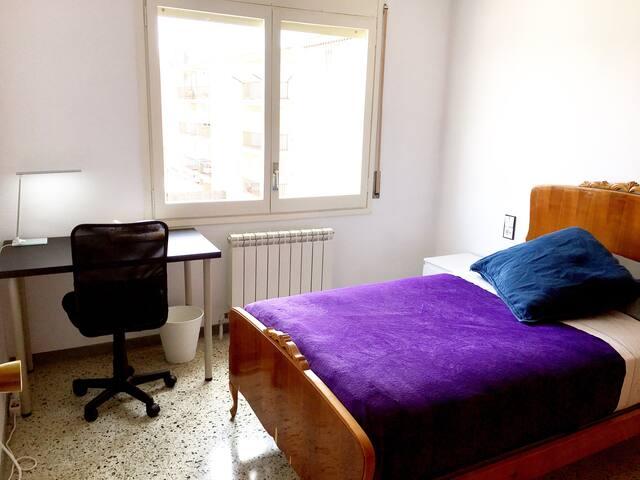 Dormitorio amplio y luminoso para estudiantes