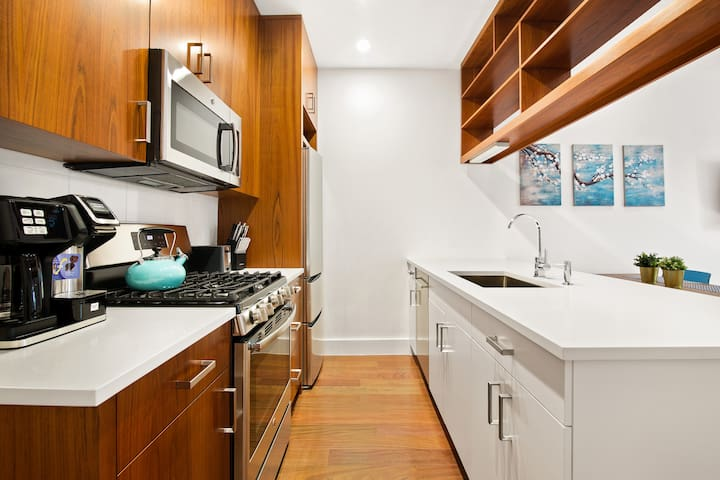 Modern, Clean South Slope 2 Bed w/ Outdoor Space