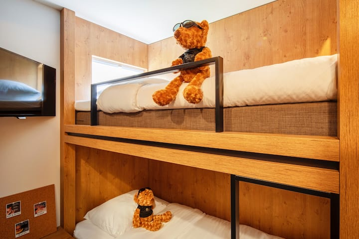 STAY ON TOP IN OUR FRIENDS ZONE ROOM WITH EN-SUITE