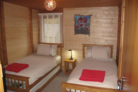 Cosy twin room in a log house - Lochcarron