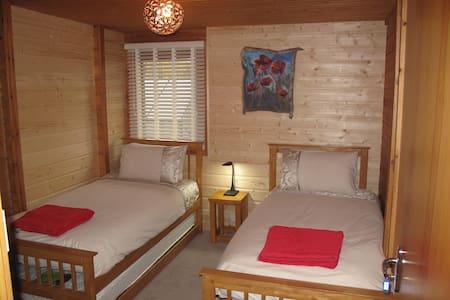 Cosy twin room in a log house - Lochcarron - Penzion (B&B)