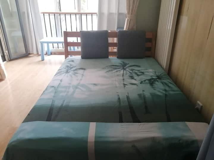 客厅隔断双人床