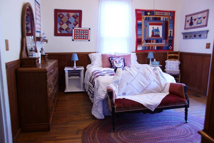 Quilt Room Queen (downstairs)